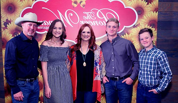 Image of Ladd Drummon with his wife Ree Drummond and with their kids Todd, Bryce and Paige