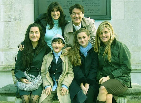 Image of Lisa Oz with her husband Mehmet Oz and with their kids (Daphne Oz, Arabella Sezen Oz, and Zoe Yasemin Oz) and son(Oliver Mustafa Oz).