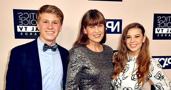 Image of Terri Irwin with her kids Bindi Irwin and Robert Irwin
